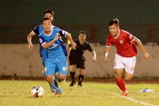 Phố Hiến (áo đỏ) giành 1 điểm quý giá tại Hà Tĩnh. Ảnh: MINH HOÀNG