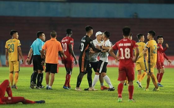 Tình huống phản ứng trọng tài trên sân Lạch Tray ở vòng 10. Ảnh: MINH HOÀNG