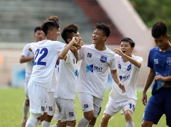Niềm vui của các cầu thủ HA.GL sau trận thắng đậm trước Tây Ninh. Ảnh: ANH KHOA