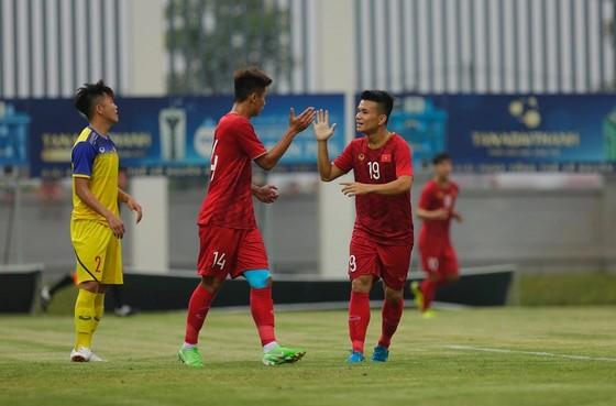 Việt Cường ghi bàn thắng duy nhất của trận đấu. Ảnh: MINH HOÀNG