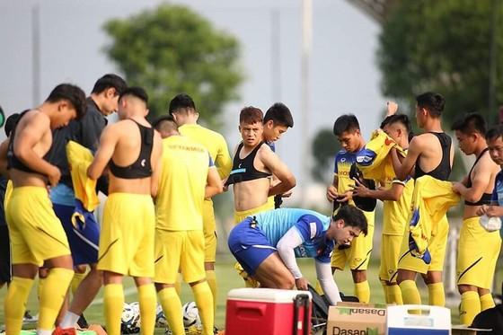 Các cầu thủ chuẩn bị cho buổi tập đầu tiên. Ảnh: MINH HOÀNG