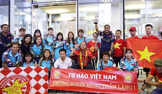 HLV Mai Đức Chung và các cầu thủ về sân bay Nội Bài chụp ảnh cùng người hâm mộ. Ảnh: Minh Hoàng