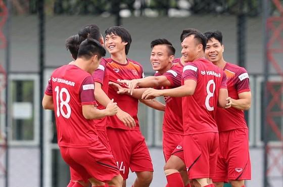 Tràn ngập tiếng cười trên sân tập của ĐTVN trước trận đấu với Thái Lan. Ảnh: MINH HOÀNG