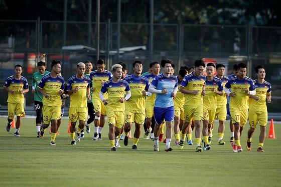 ĐT Việt Nam đã ra sân tập vào chiều 23-9. Ảnh: Minh Hoàng