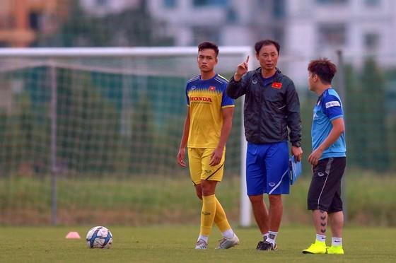 HLV Kim Yan Hoon trao đổi cùng trợ lý trên sân tập. Ảnh: Dũng Phương