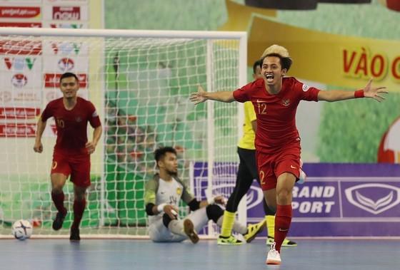 Indonesia giành 3 điểm trước Malaysia sau cuộc rượt đuổi bàn thắng. Ảnh: Anh Trần