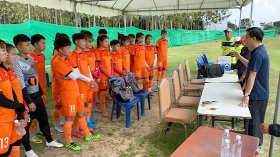 BHL hội ý cùng cả đội trước buổi tập. Ảnh: Đoàn Nhật