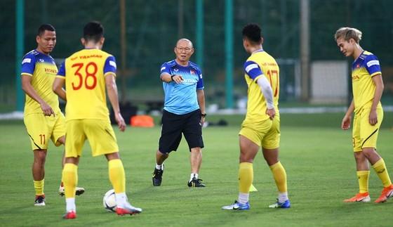 Ông Park và các học trò trên sân tập. Ảnh: Minh Hoàng