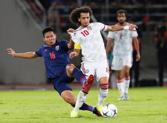 UAE (áo trắng) trong trận thua Thái Lan mới đây