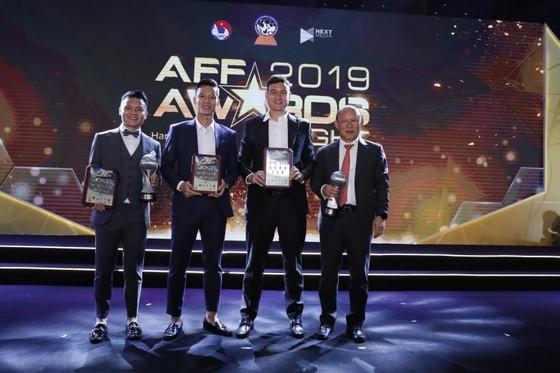 Thầy trò ông Park tại AFF Awards 2019. Ảnh: Minh Hoàng