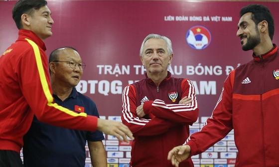 HLV và đại diện cầu thủ 2 đội tại buổi họp. Ảnh: Dũng Phương