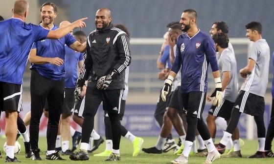 Các cầu thủ UAE thoải mái trên sân tập. Ảnh: Dũng Phương