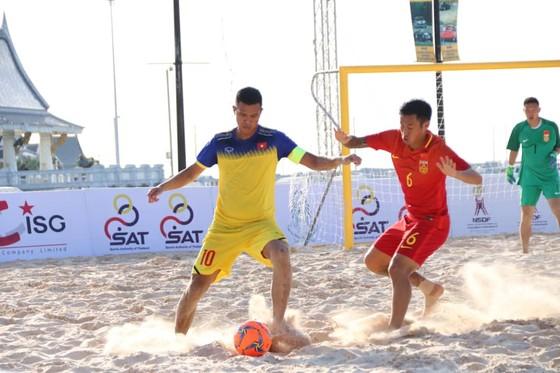 Việt Nam (áo vàng) giành chiến thắng đầu tiên trước đội Trung Quốc. Ảnh: Đoàn Nhật