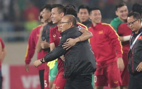 Niềm vui của thầy trò ĐT Việt Nam sau trận đấu. Ảnh: Dũng Phương
