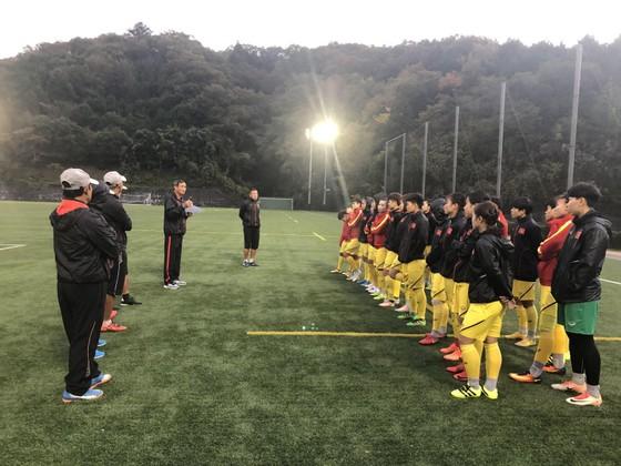 HLV Mai Đức Chung dặn dò các cầu thủ trước trận đấu. Ảnh: Đoàn Nhật