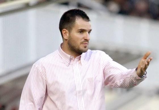 "HLV của Indonesia Simon McMenemy ""mất tích"" trước trận gặp Malaysia ảnh 1"