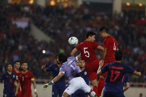 Tình huống gây tranh cãi khi trọng tài từ chối bàn thắng của Tiến Dũng. Ảnh: Minh Hoàng
