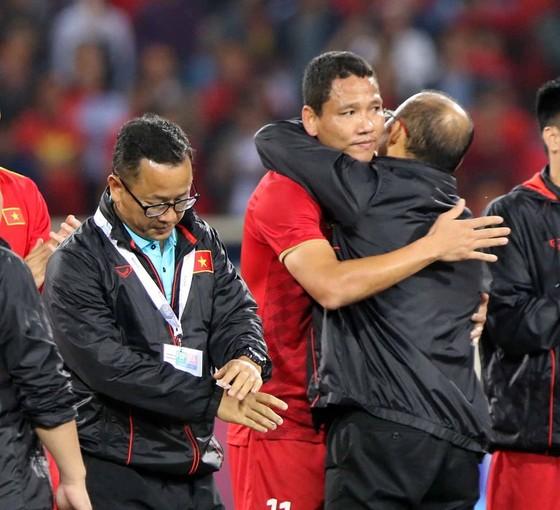 Tiền đạo Nguyễn Anh Đức chia tay thầy Park và toàn đội sau trận đấu. Ảnh: Anh Khoa