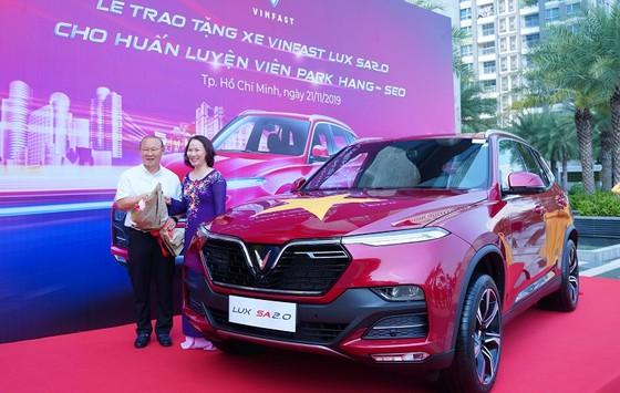 VinFast tặng xe Lux SA2.0 cho HLV Park Hang-seo ảnh 1