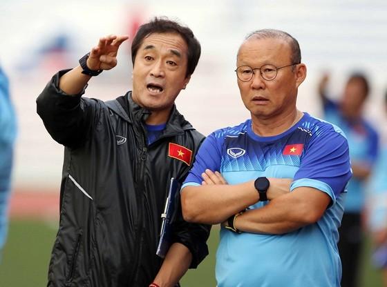 Thầy Park và trợ lý Lee. Ảnh: Thanh Đình