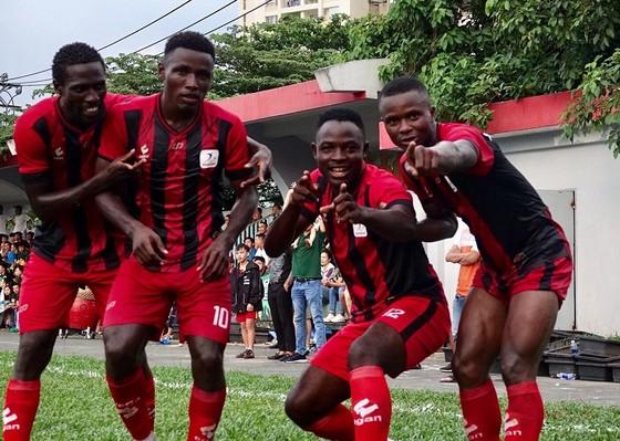 Các cầu thủ African Team Việt Nam bảo vệ thành công ngôi vô địch. Ảnh: Anh Trần