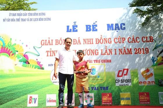 Cưu tuyển thủ Bình Dương Trương Văn Hải trao phần thưởng cho các cá nhân xuất sắc tại giải. Ảnh: Anh Trần