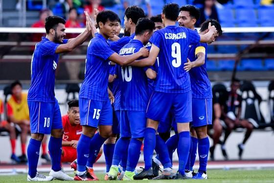 Thái Lan chật vật giành 3 điểm trước Lào