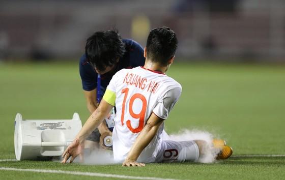 Quang Hải chấn thương trong trận gặp Singapore. Ảnh: Dũng Phương