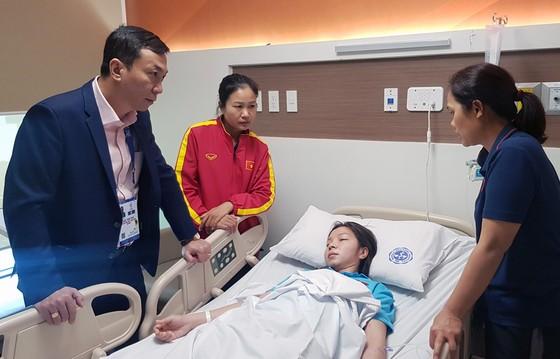 Phó chủ tịch VFF Trần Quốc Tuấn đến thăm Trần Thị Hồng Nhung. Ảnh: Đoàn Nhật