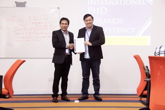GS.TS Premkumar Rajagopal (bên trái), hiệu trưởng Trường Đại học Khoa học và Công nghệ Malaysia trao giấy chứng nhận cho ông Cao Văn Chóng sau khi hoàn thành một học phần nghiên cứu khoa học. Ảnh: Anh Trần