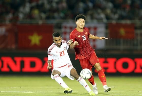 Đức Chinh trong pha tranh bóng cùng cầu thủ UAE trong trận giao hữu mới đây giữa hai đội. Ảnh: DŨNG PHƯƠNG