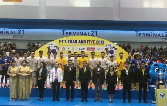 ĐT Futsal Việt Nam nhận Huy chương bạc tại lễ bế mạc. Ảnh: Đoàn Nhật