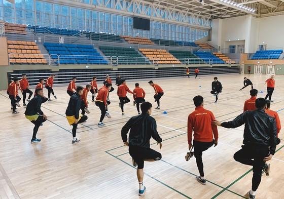 Các tuyển thủ U23 tập trong nhà thi đấu. Ảnh: Đoàn Nhật