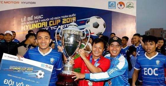 Thành Lương và các đồng đội bên chiếc Cúp vô địch. Ảnh: Anh Trần
