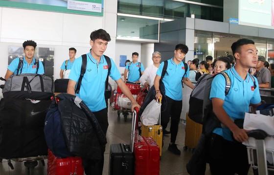 Các tuyển thủ tại sân bay Tân Sơn Nhất. Ảnh: N.K