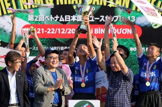 Các cầu thủ chủ nhà Becamex Bình Dương giành Cúp vô địch. Ảnh: DŨNG PHƯƠNG