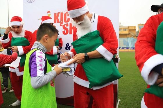 """""""Ông già Noel"""" Duy Mạnh ký tặng các cầu thủ nhí. Ảnh: Thanh Đình"""