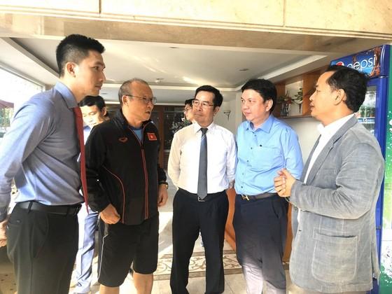 HLV Park Hang-seo trao đổi cùng  lãnh đạo Công ty VJ và Trung tâm Hajko. Ảnh: Thanh Đình