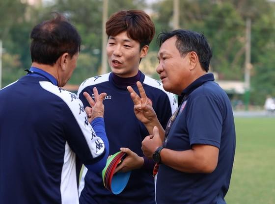 HLV Hoàng Văn Phúc (CLB Sài Gòn) trao đổi cùng đồng nghiệp Chung Hae-seong, HLV trưởng CLB TPHCM. Ảnh: SGFC