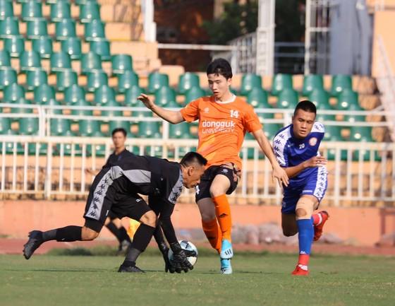 Trận đấu tập huấn giữa CLB TPHCM và Đại học Dongguk vào chiều 9-1. Ảnh: TPHCMFC