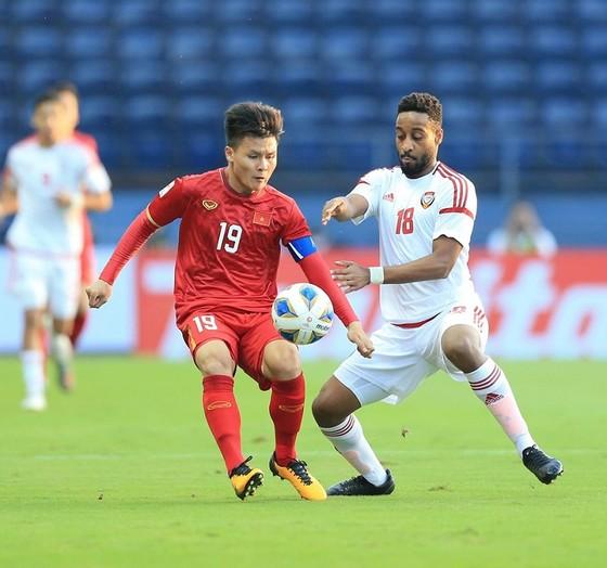 """Các cầu thủ UAE đã thành công khi """"khóa"""" được Quang Hải cũng như hạn chế phạm lỗi ở gần vòng 16m50. Ảnh MINH HOÀNG"""