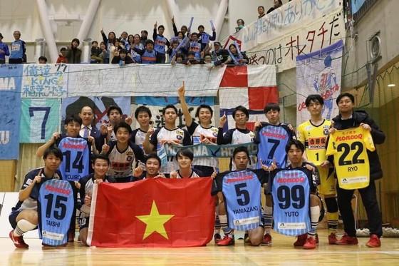Thái Huy, Minh Trí cùng các đồng đội ở CLB YSVV Yokohama. Ảnh: TSNFC
