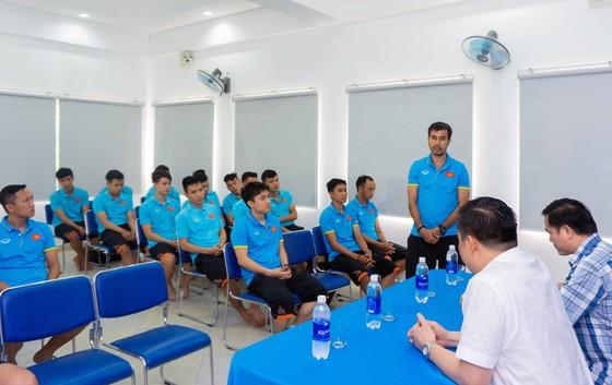 HLV Phạm Minh Giang thay mặt BHL báo cáo sơ lược quá trình chuẩn bị của đội trong thời gian qua. Ảnh: Anh Trần
