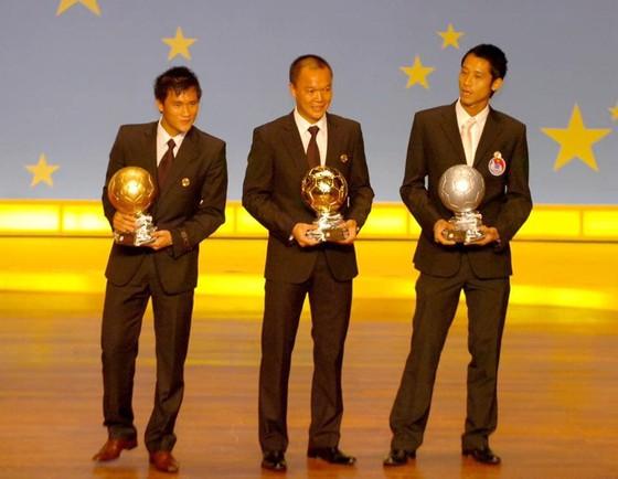 Dương Hồng Sơn (giữa) cùng Công Vinh và Như Thành tại Gala trao giải năm 2008. Ảnh: NGUYỄN NHÂN