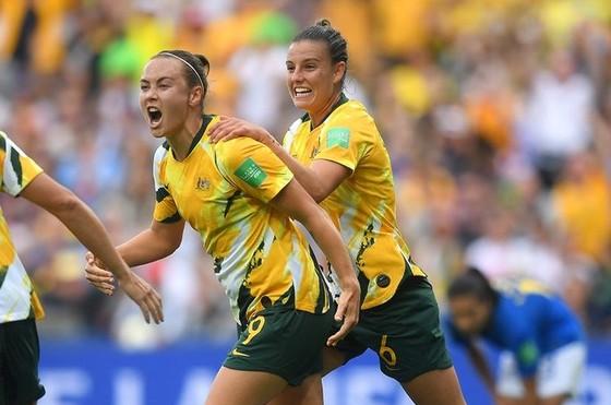 Australia thẳng tiến ở ngôi đầu bảng B