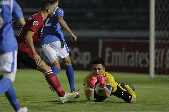 Hàng phòng ngự Than Quảng Ninh đã có trận đấu đầy vất vả. Ảnh: AFC