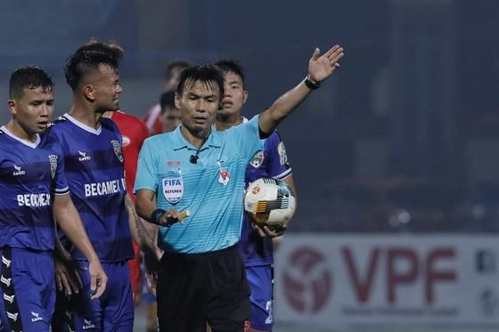 Trọng tài Trương Hồng Vũ bị cầu thủ Bình Dương phản ứng trong trận gặp Viettel. Ảnh: MINH HOÀNG
