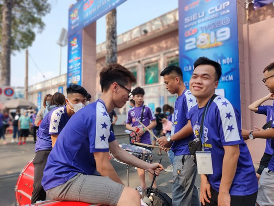 CĐV Hà Nội FC đồng hành cùng đội nhà trên sân Thống Nhất. Ảnh: DŨNG PHƯƠNG