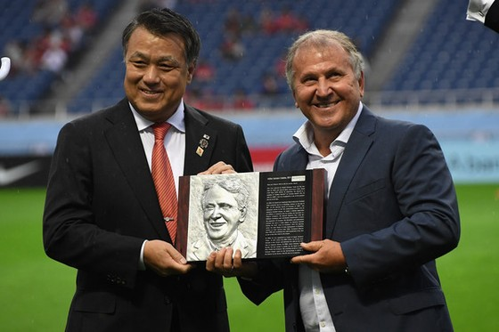 Ông Tashima Kozo (bên trái)