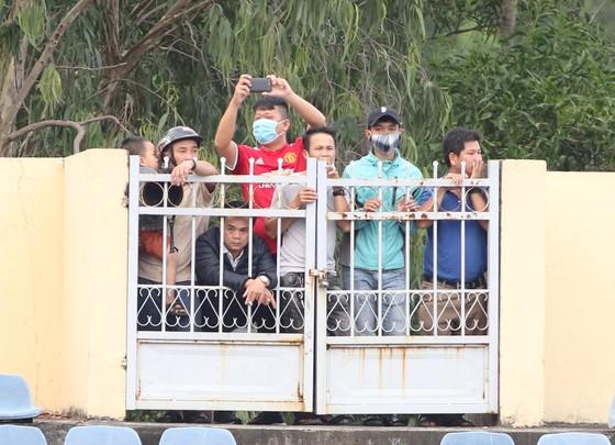 Khán giả tập trung trước 1 cửa ra ra vào sân Quảng Nam trong trận đội nhà gặp CLB TPHCM. Ảnh: VIẾT ĐỊNH